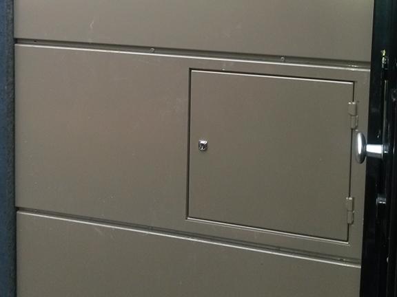Toepassing-zetwerkprofiel-brievenbus-en-aluminium-panelen